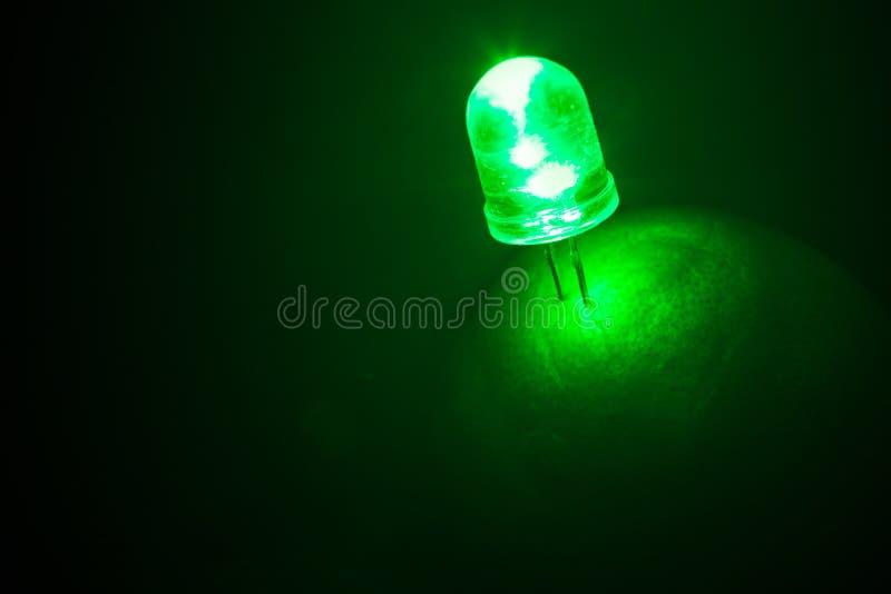 Зеленый свет привел от природной энергии известки или лимона на черноте стоковые фото