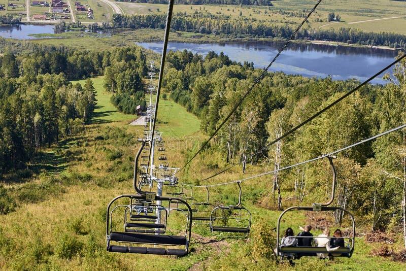 Зеленый спуск леса фуникулером Красивейший ландшафт стоковое фото rf