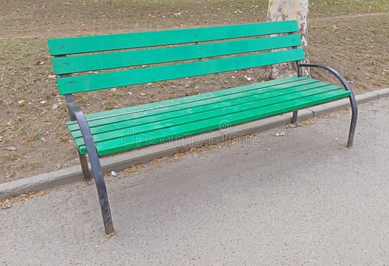 Зеленый стул в парке на тротуаре стоковое фото rf