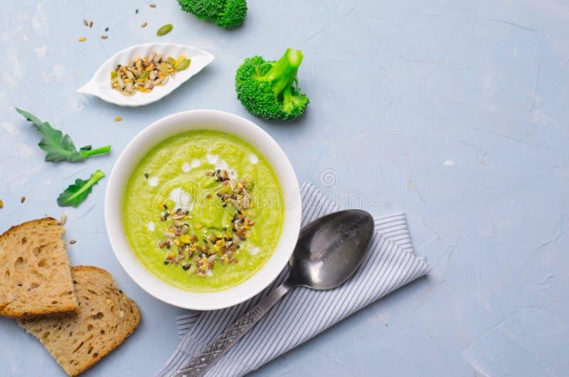 Зеленый суп сливк брокколи Vegan со смешиванием молока и семени Не-молокозавода, едой вытрезвителя здоровой стоковое изображение rf