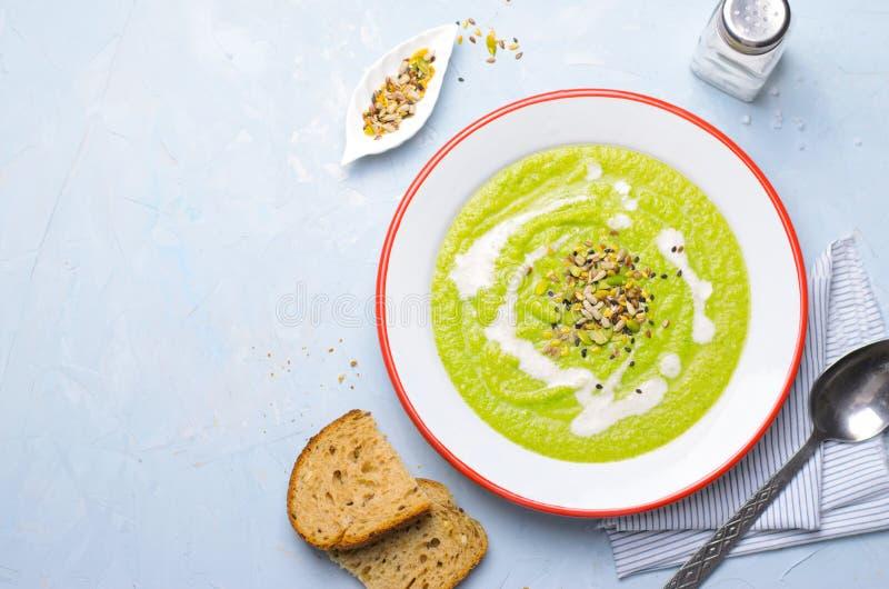 Зеленый суп сливк брокколи Vegan со смешиванием молока и семени анакардии, едой вытрезвителя здоровой стоковые изображения
