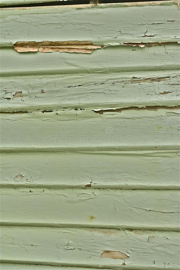 Зеленый тимберс шелушения краски weatherboard стена стоковые изображения