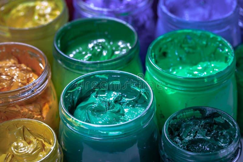 Зеленый цвет бирюзы печатной краски экрана для печати на футболках и ткани стоковое изображение rf