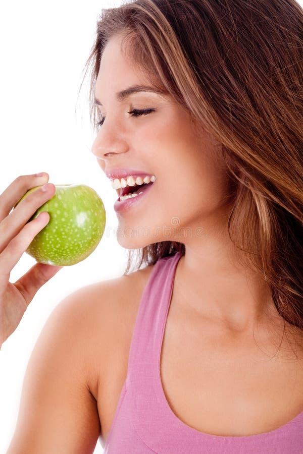 зеленый цвет девушки укуса яблока счастливый подготавливает к детенышам стоковые изображения rf