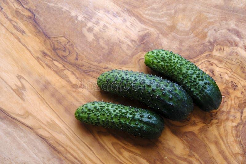 Зеленый цвет и свежие угреватые огурцы стоковая фотография rf