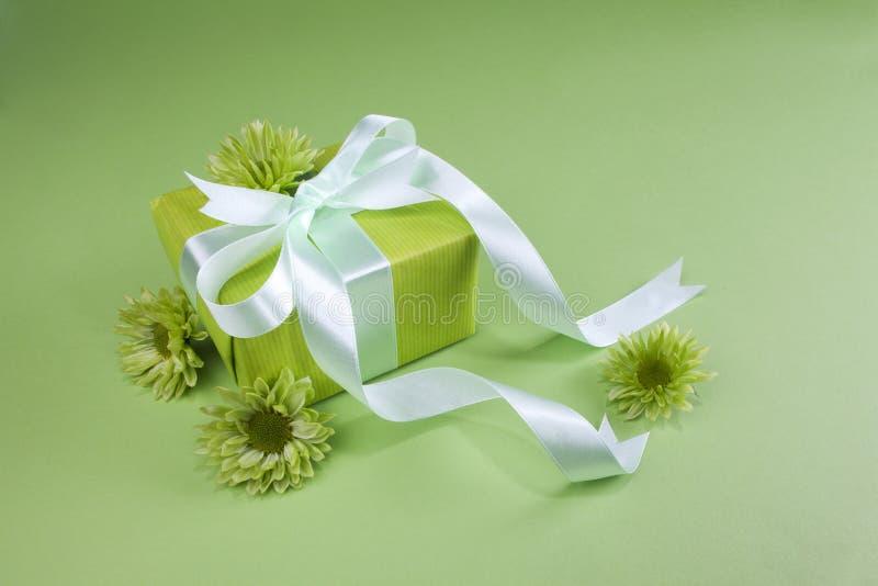 зеленый цвет подарка коробки предпосылки стоковые изображения rf