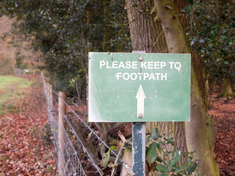 зеленый цвет пожалуйста держит к направлению пути стрелки знака пути тропы стоковая фотография rf