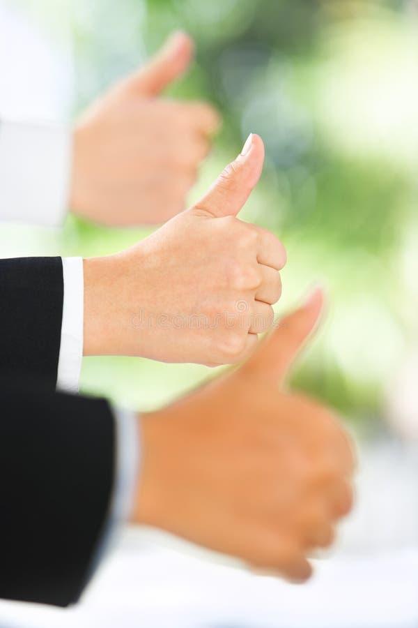 зеленый цвет предпосылки над большими пальцами руки вверх стоковые фото
