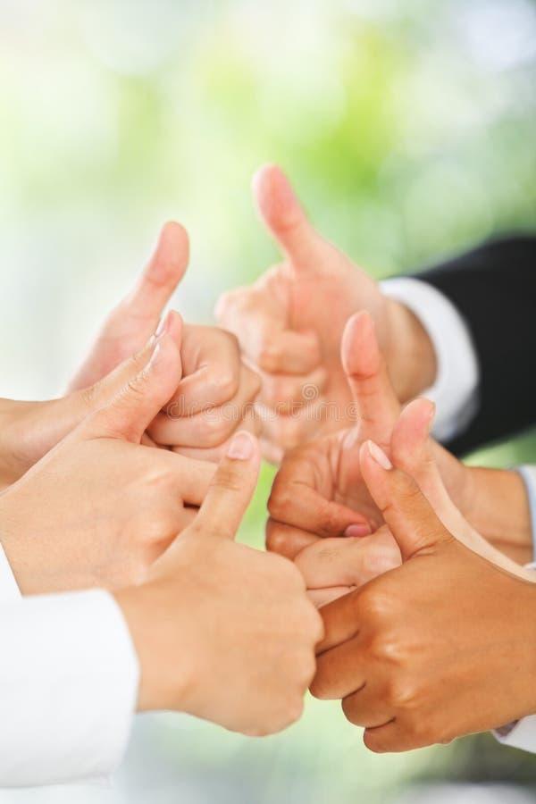 зеленый цвет предпосылки над большими пальцами руки вверх стоковые фотографии rf