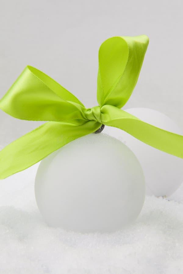 зеленый цвет рождества смычка шариков стоковые фото
