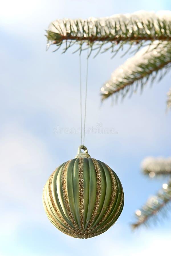 зеленый цвет рождества шарика стоковое фото