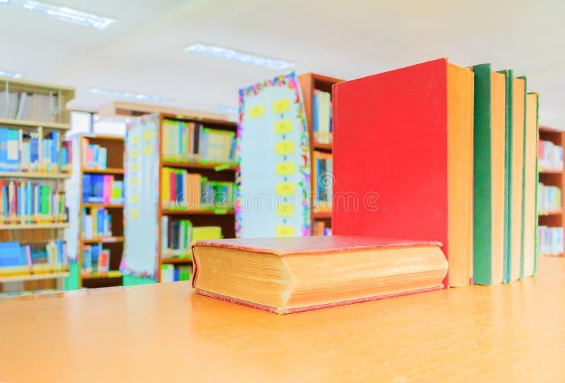 Зеленый цвет старой книги красно- куча внутренняя школа библиотеки на деревянном столе стоковая фотография