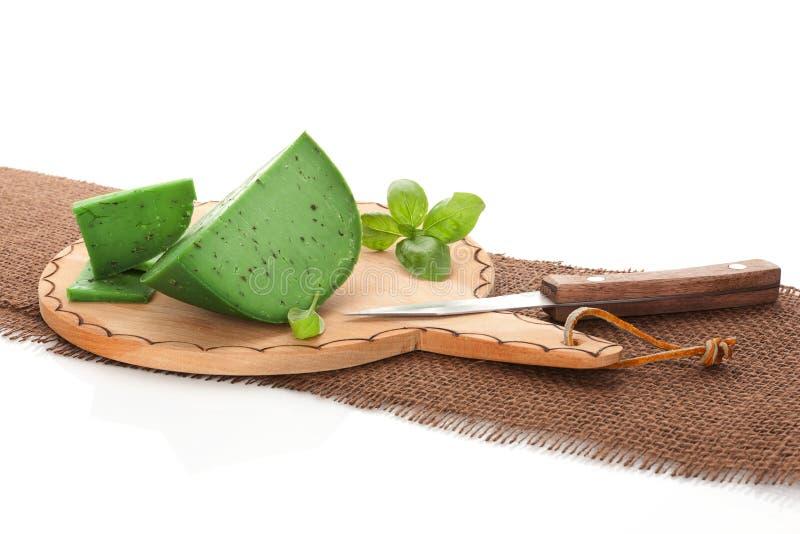 зеленый цвет gouda вырезывания сыра доски коричневый стоковые фото