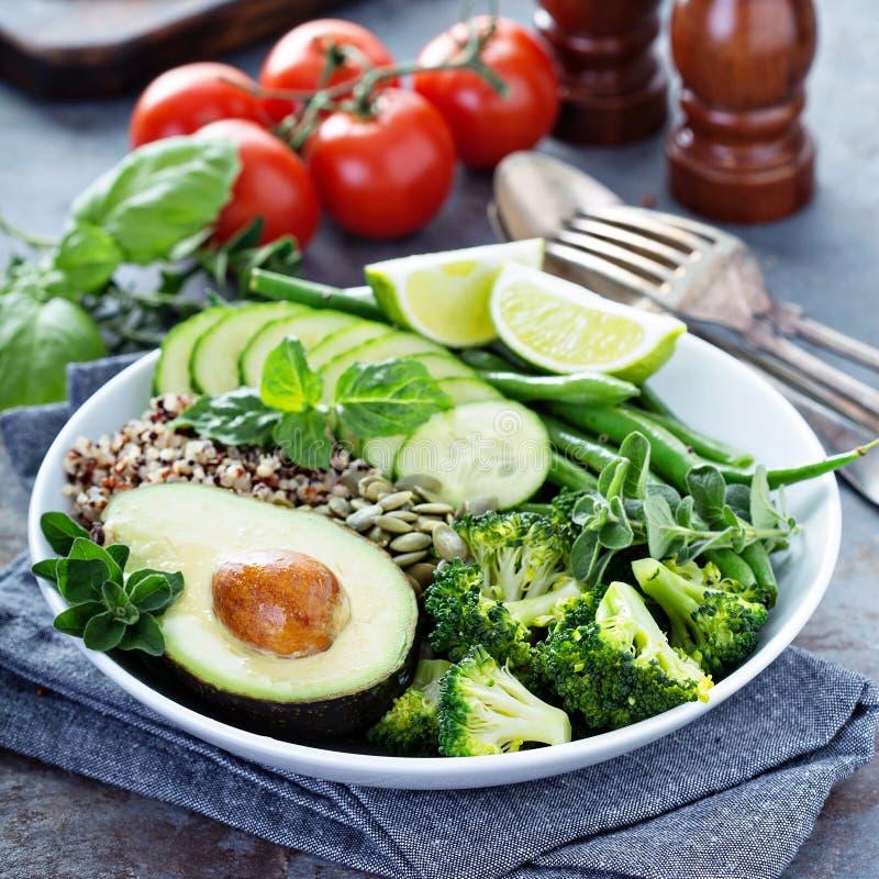 Зеленый шар обеда vegan с квиноа и авокадоом стоковые изображения