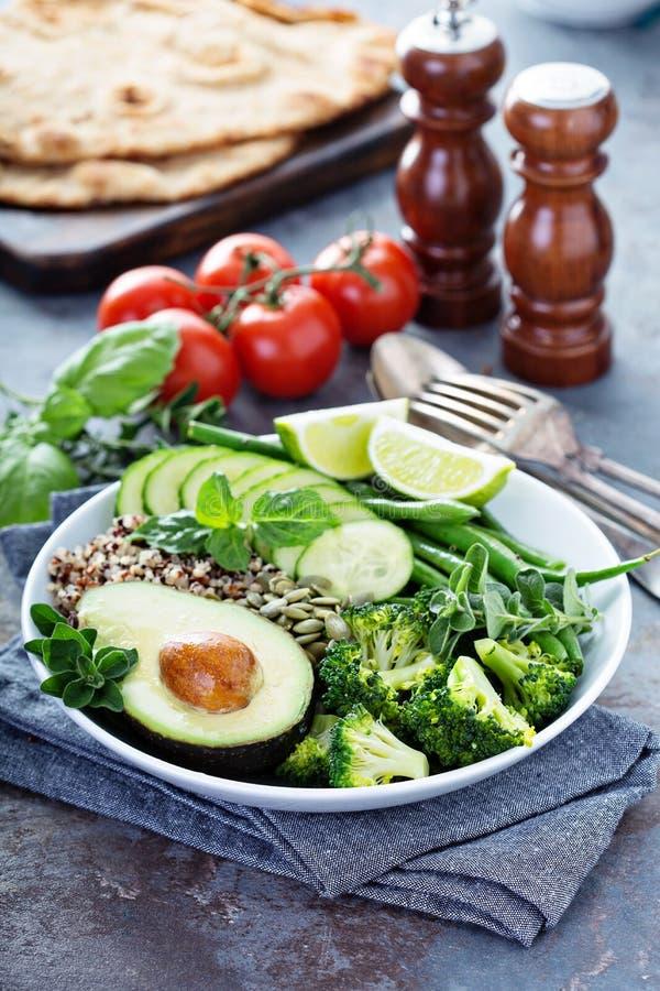 Зеленый шар обеда vegan с квиноа и авокадоом стоковое фото rf