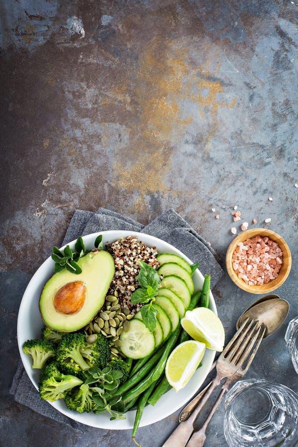 Зеленый шар обеда vegan с квиноа и авокадоом стоковые фото