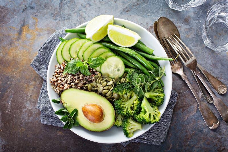 Зеленый шар обеда vegan с квиноа и авокадоом стоковая фотография