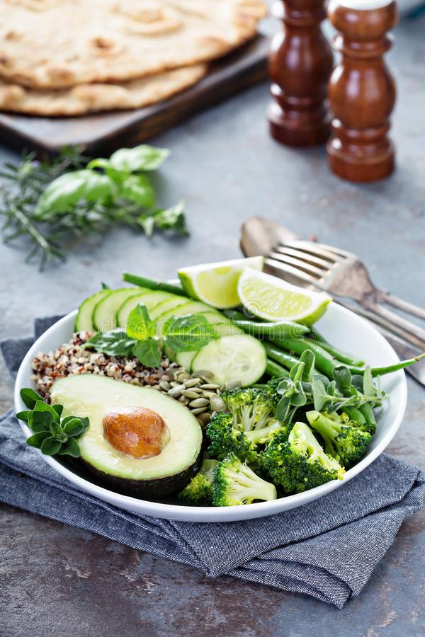 Зеленый шар обеда vegan с квиноа и авокадоом стоковое изображение