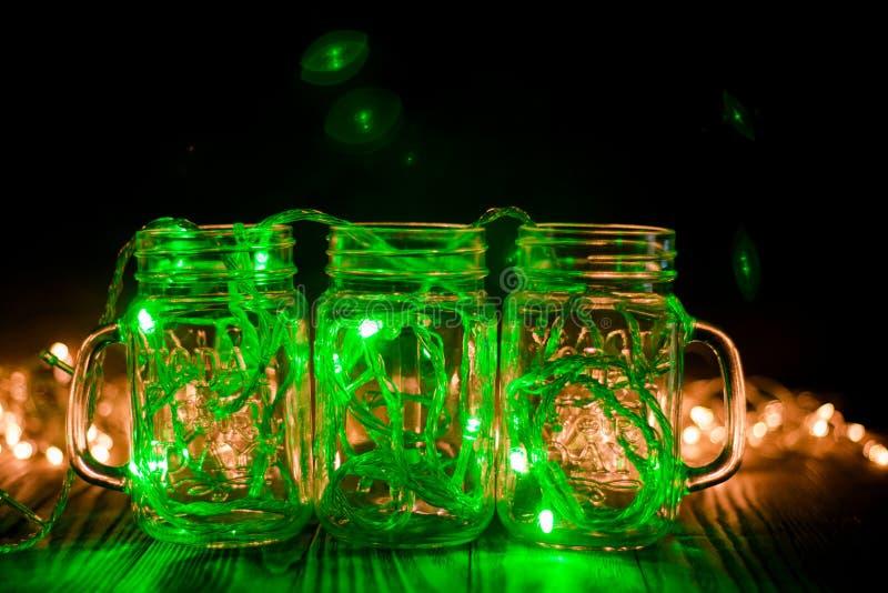 Зеленый Fairy свет в стекле раздражает в темной спокойной фотографии стоковые изображения