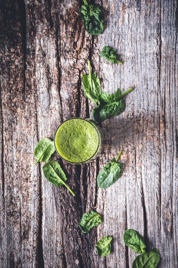 Зеленый Smoothie со шпинатом, Яблоком, известкой и имбирем для здорового напитка стоковое фото rf