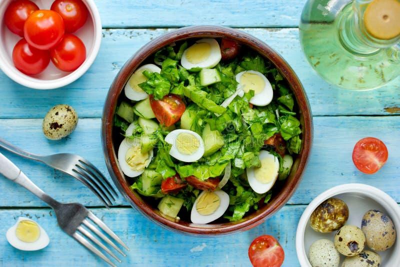 Зеленый vegetable салат с яичками и оливкой триперсток томатов вишни стоковое изображение