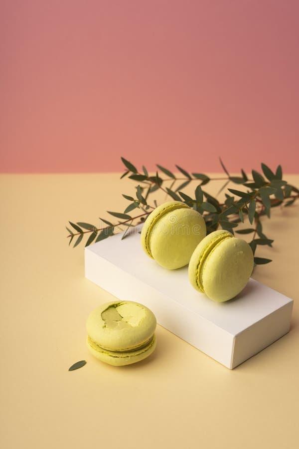 3 зеленых macaroons фисташки испекут на белой подарочной коробке с b стоковые фотографии rf