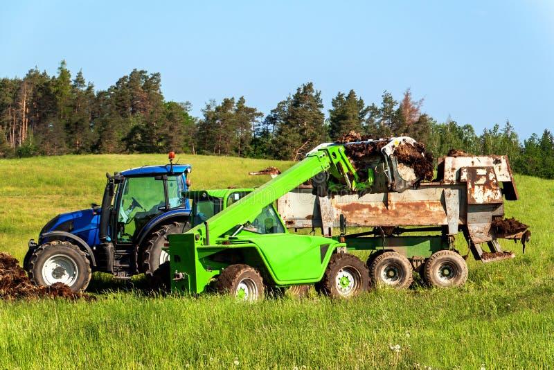 Землеудобрение естественного позема агро био Позем загрузки на трактор Аграрный ландшафт в чехии стоковые фотографии rf