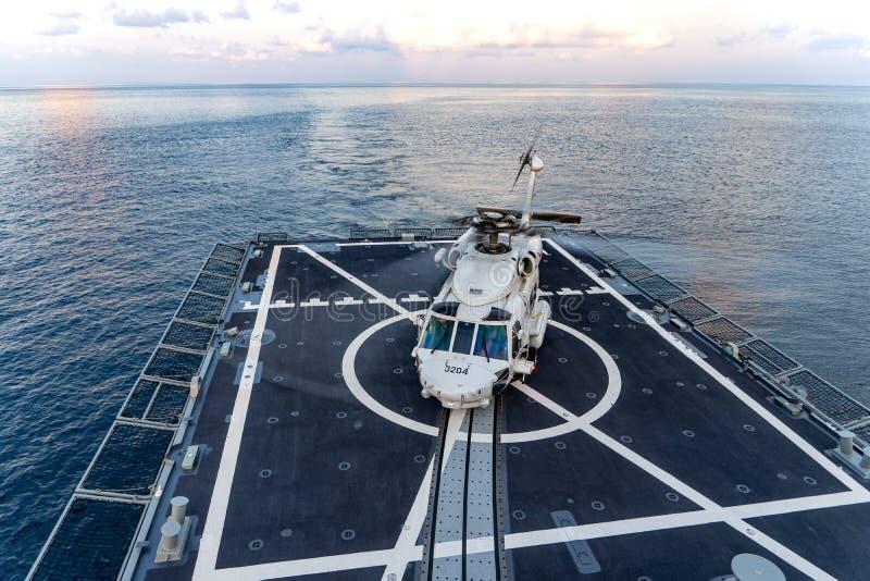 Земли вертолета Sikorsky MH-60S Seahawk на кабине экипажа HTMS Фрегат скрытности Bhumibol Adulyadej королевского тайского военно- стоковое фото