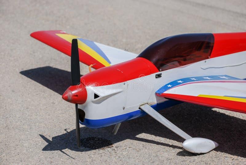 Земли модельного самолета RC на асфальте стоковое изображение rf