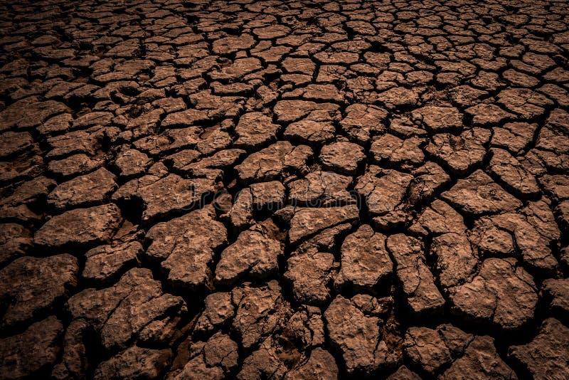 Земля Брайна, суглинок глины покрытый с глубокими отказами в темноте стоковая фотография