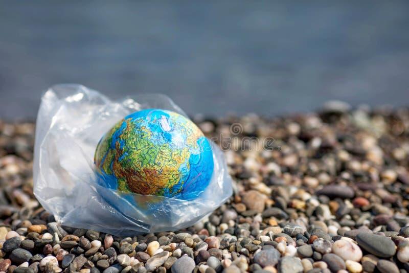 Земля в полиэтиленовом пакете Концепция дня мировой окружающей среды стоковое фото rf