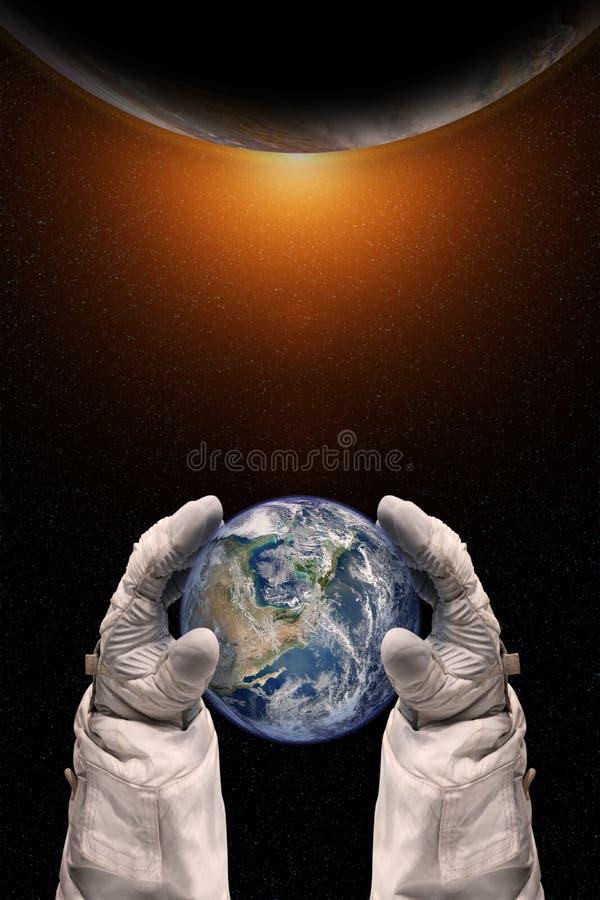 Земля в руках астронавта Принципиальная схема дня земли стоковые изображения