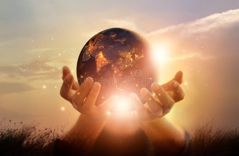 Земля на ноче держала в человеческих руках коричневейте покрытую землю дня относящое к окружающей среде листво идет идя зеленый в иллюстрация вектора