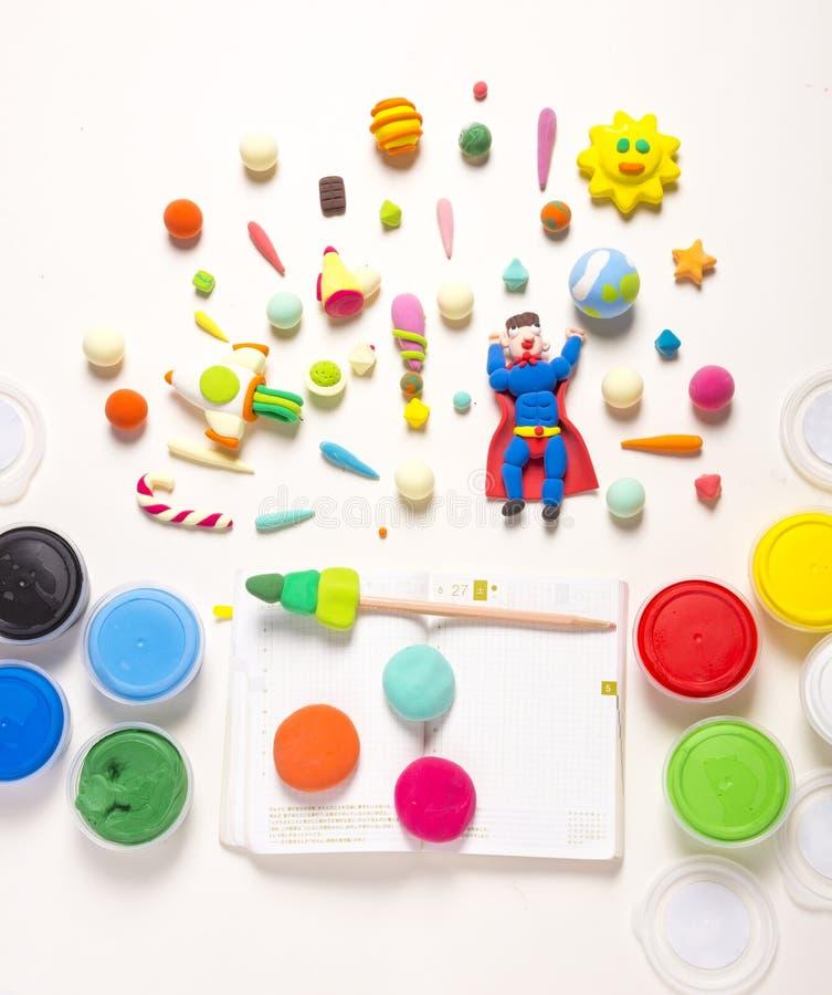 Земля Handmade супермена глины сохраняя во вселенной с чашками глины стоковое фото rf