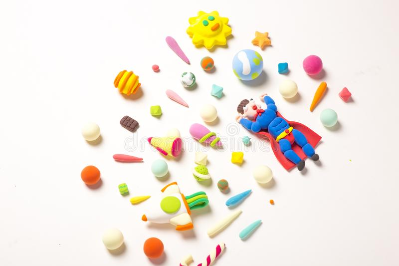 Земля Handmade супермена глины сохраняя во вселенной с чашками глины стоковые изображения rf