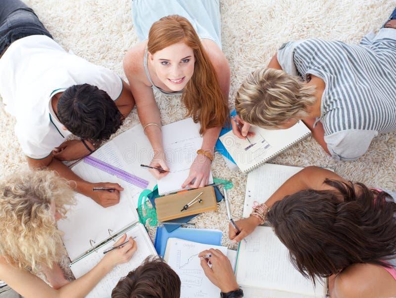 земные лежа изучая подростки совместно стоковая фотография rf