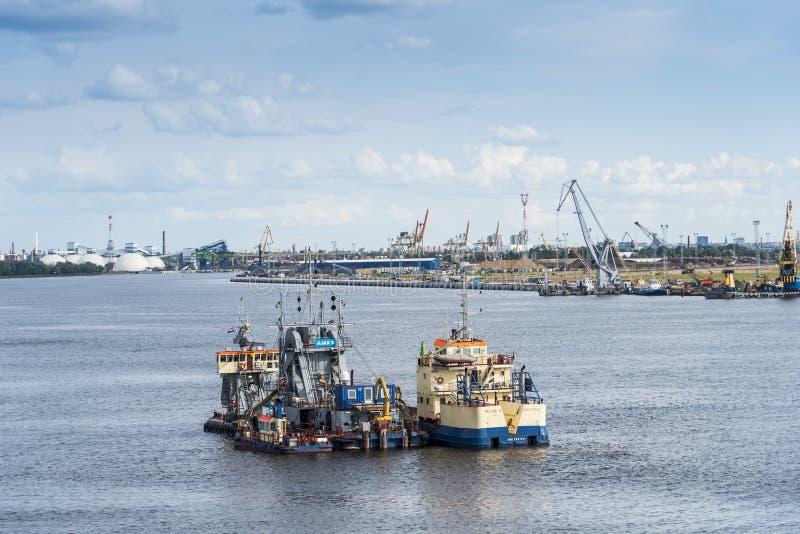 Земснаряд и хоппер barge внутри проход Рига стоковое фото
