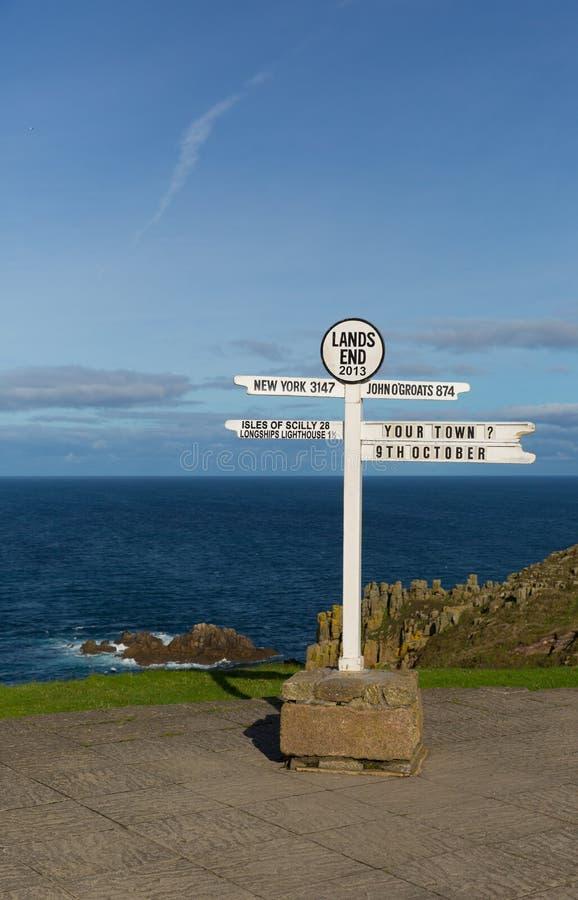 Земли кончают море и небо указателя Корнуолла Англии Великобритании голубые стоковое фото rf
