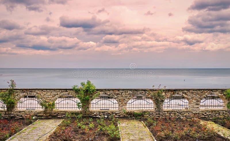 Земля, вода и драматическое небо стоковое изображение rf