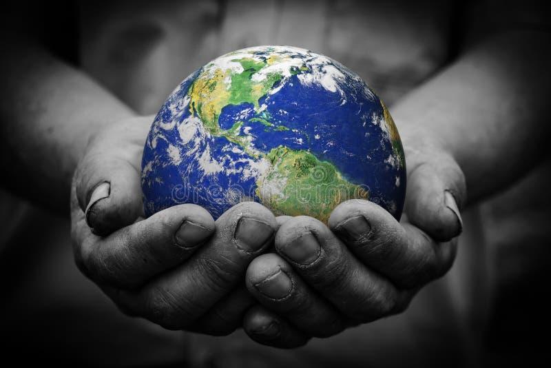 картинка глобус в руках человека аккаунт станет