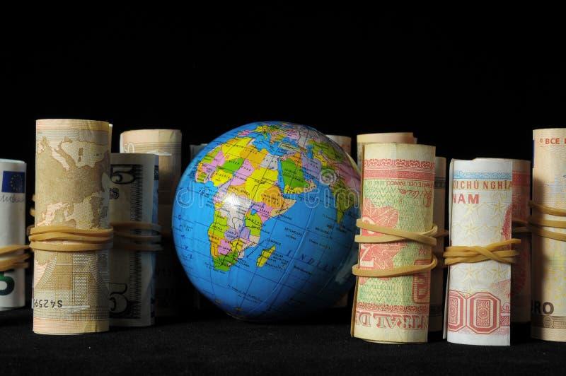 Download Земля планеты и свернутые деньги Стоковое Изображение - изображение насчитывающей монетки, облечение: 33735959