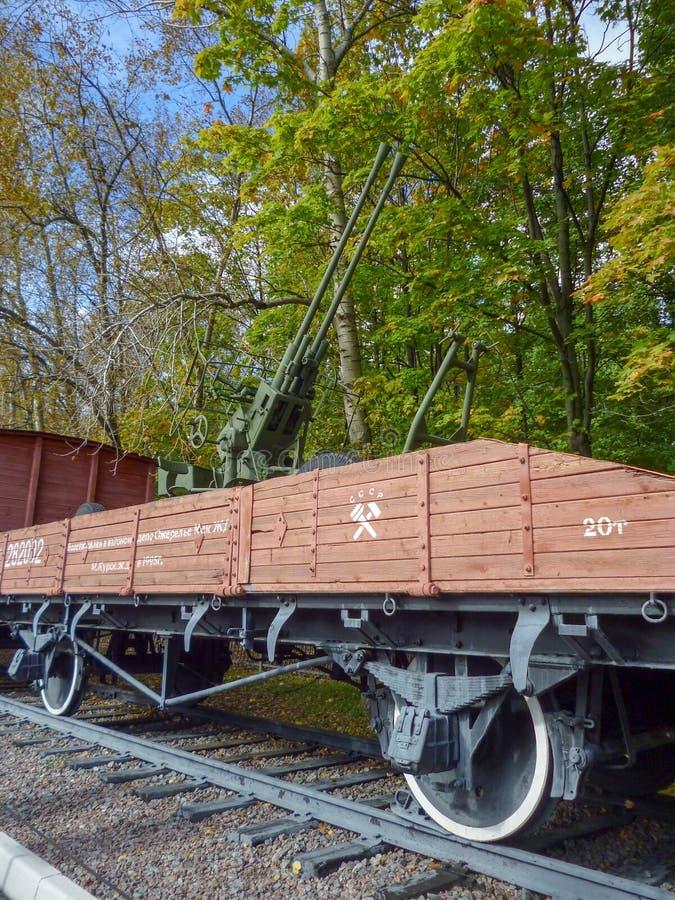 Зенитная пушка Второй Мировой Войны на железнодорожной платформе стоковые изображения