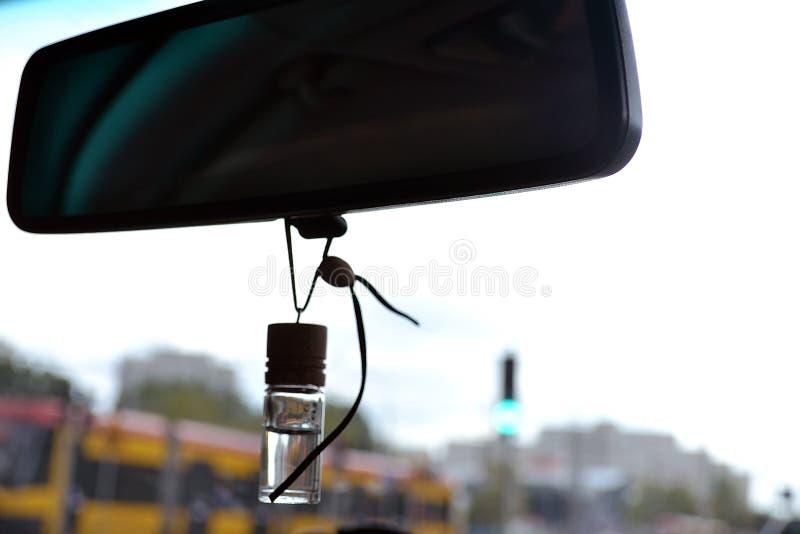 Зеркало автомобиля с трамваем на предпосылке стоковые изображения rf