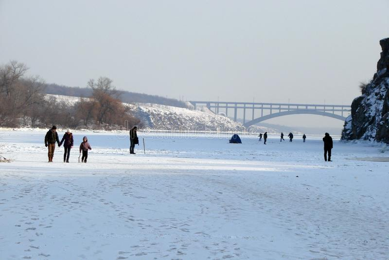 Зеркало воды покрыто с льдом реки Dnieper около острова Khortitsa в морозной зиме Город Zaporozhye Ukra стоковое фото