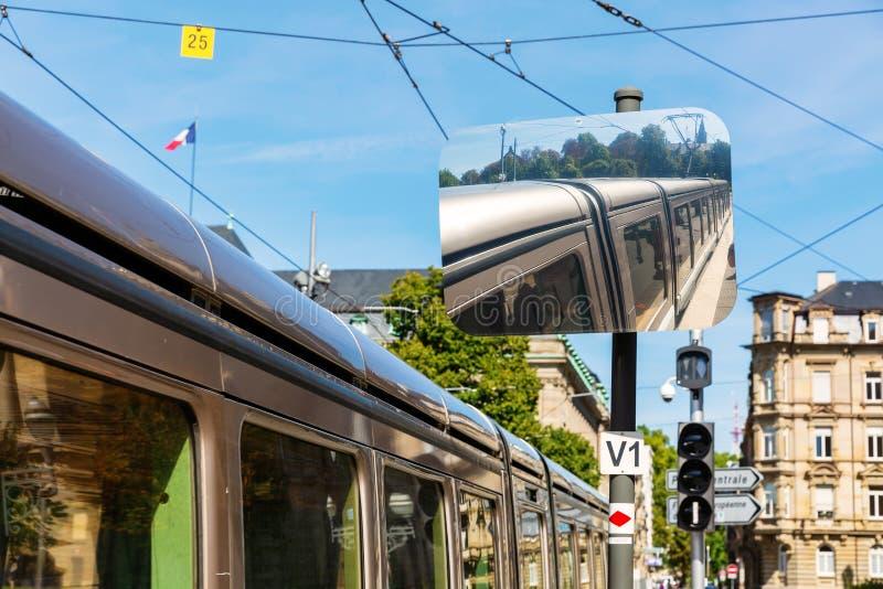 Зеркало движения отражает трамвай в страсбурге, Франции стоковые фото