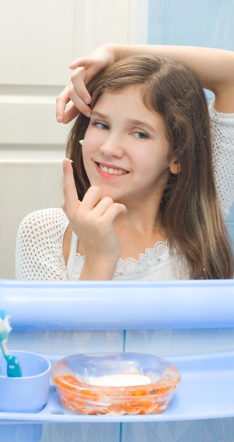 зеркало девушки предназначенное для подростков стоковое фото rf