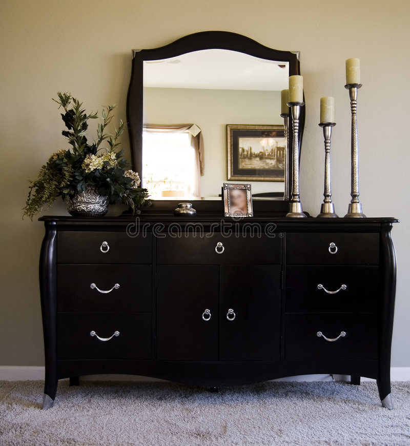 зеркало дрессера спальни романтичное стоковые фото