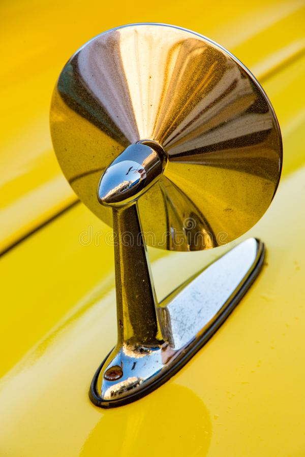 Зеркало лицевой стороны на классическом американском желтом автомобиле стоковые изображения rf