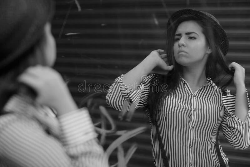 зеркало представляя женщину стоковое изображение rf