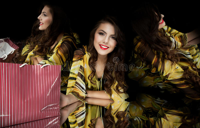 зеркало kaleidoscope девушки брюнет стоковое фото rf